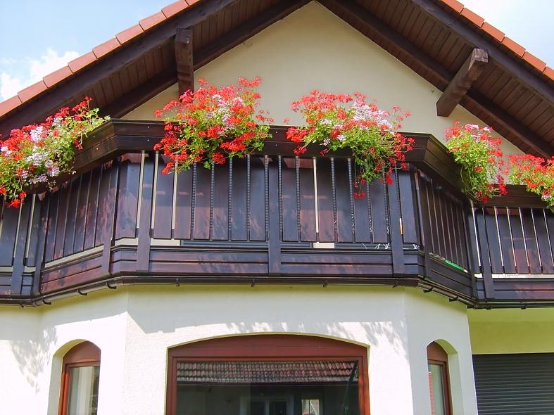 Balustrada drewniana prosta na balkon balkony balustrady for Latest balcony designs in india